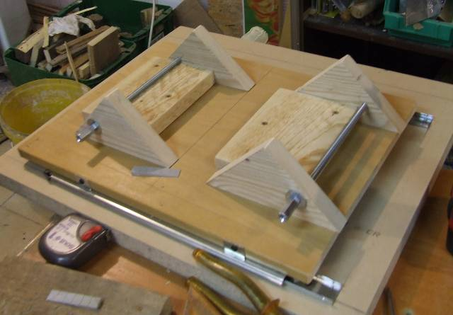On both sides of the bookholder: two 45 degree triangles that will hold the wood that holds the book.